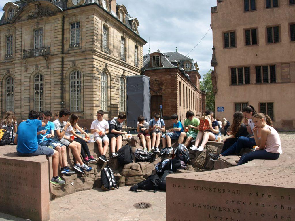 Estrasburgoko katedral ondoan bazkaltzen